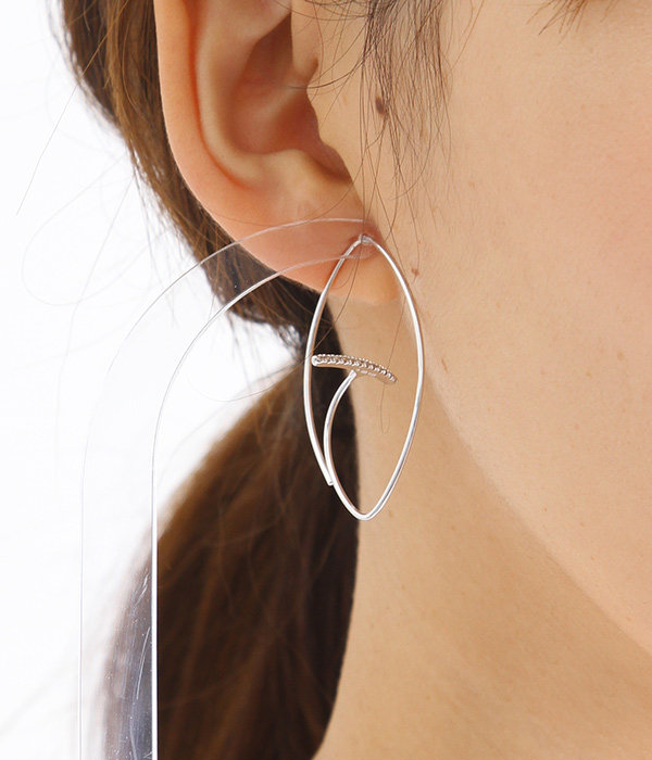 Gossamer Floating Diamond Bar Oval Earring M(ピアス)